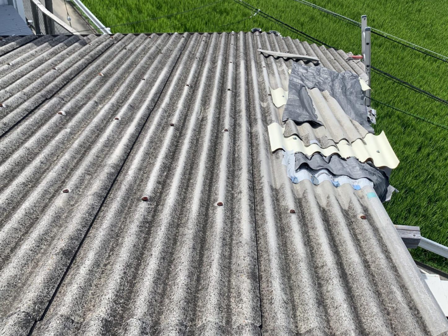 部分的に応急処置がなされた波板スレート屋根