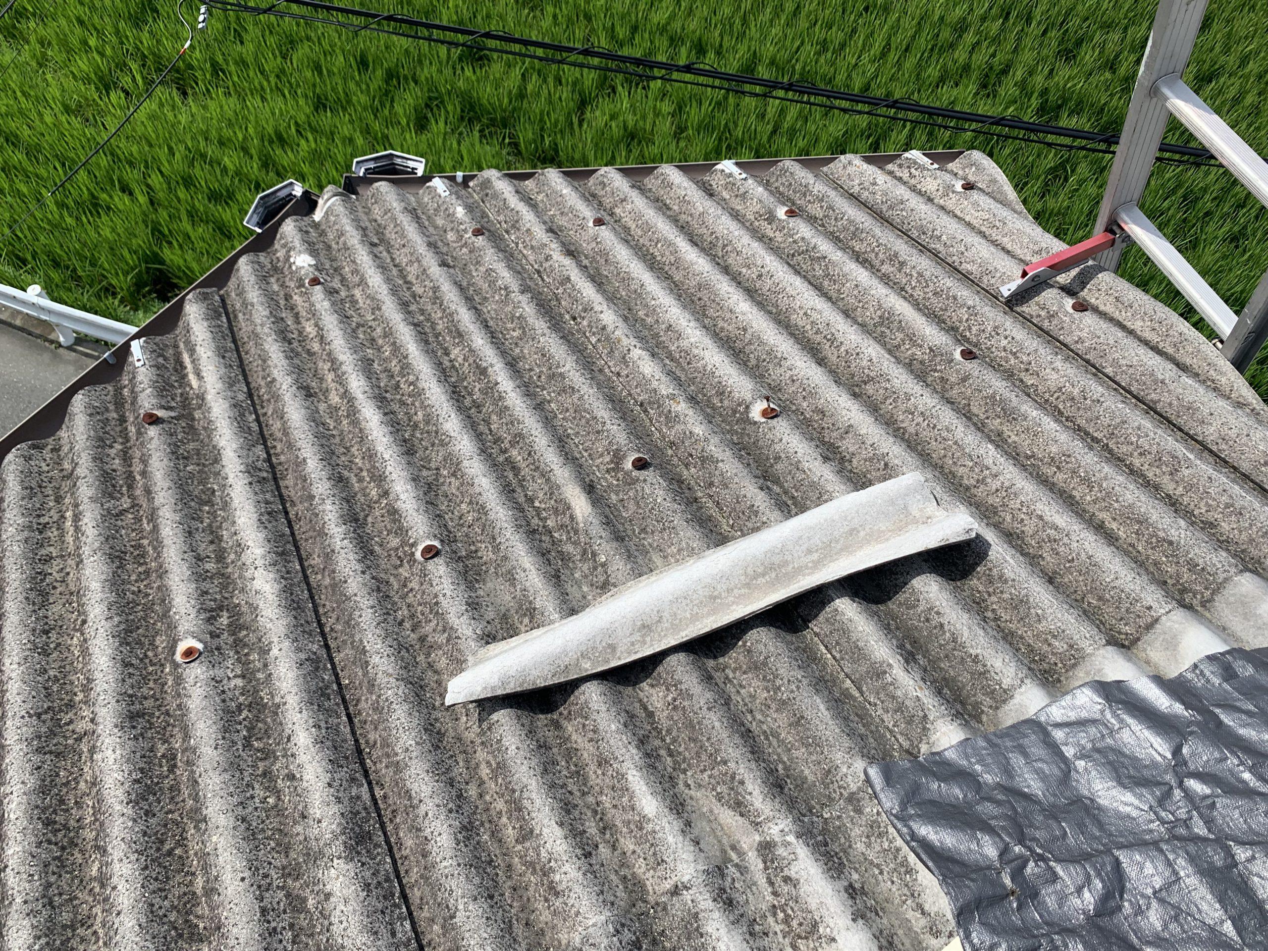 台風被害により破損した屋根材の破片
