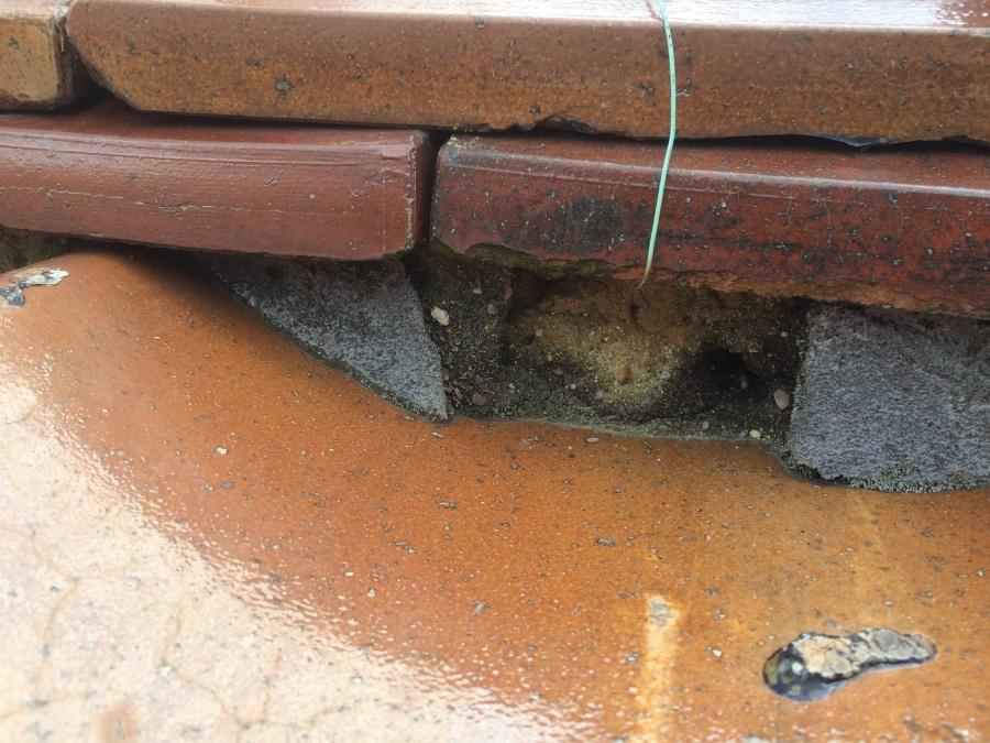 のし瓦下の詰めてある漆喰の剥がれや損傷などの劣化