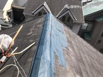 劣化したスレート屋根を防水シートで補修