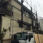 吹田市2階建て瓦屋根の現場に足場を組んでいるところ