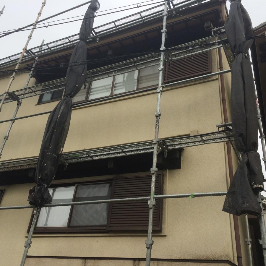 2階建て瓦屋根の現場に足場を組んでいるところ