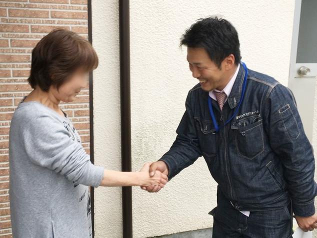 お客様と握手