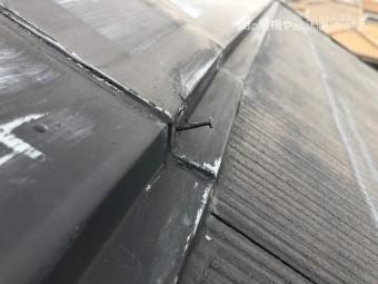 劣化し釘が飛び出たスレート屋根の大棟板金