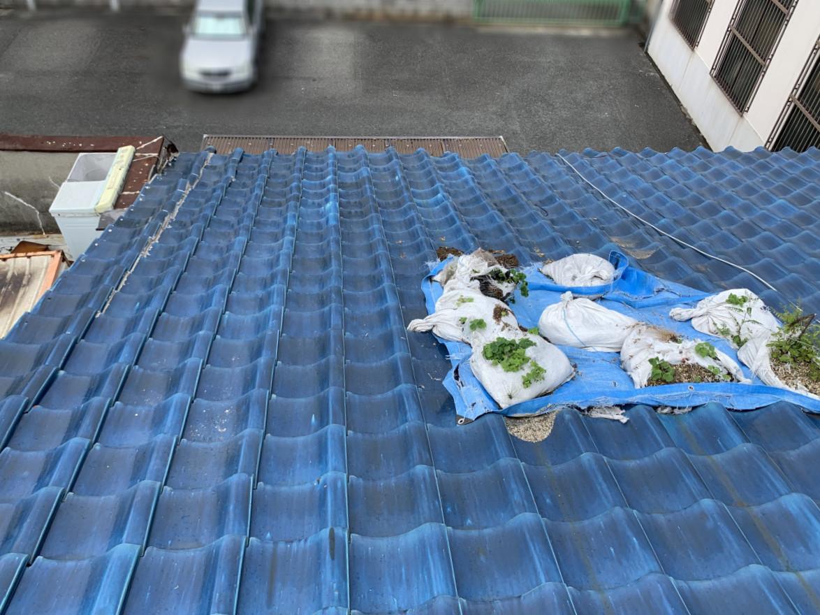 ブルーシートで覆われた瓦の割れた箇所