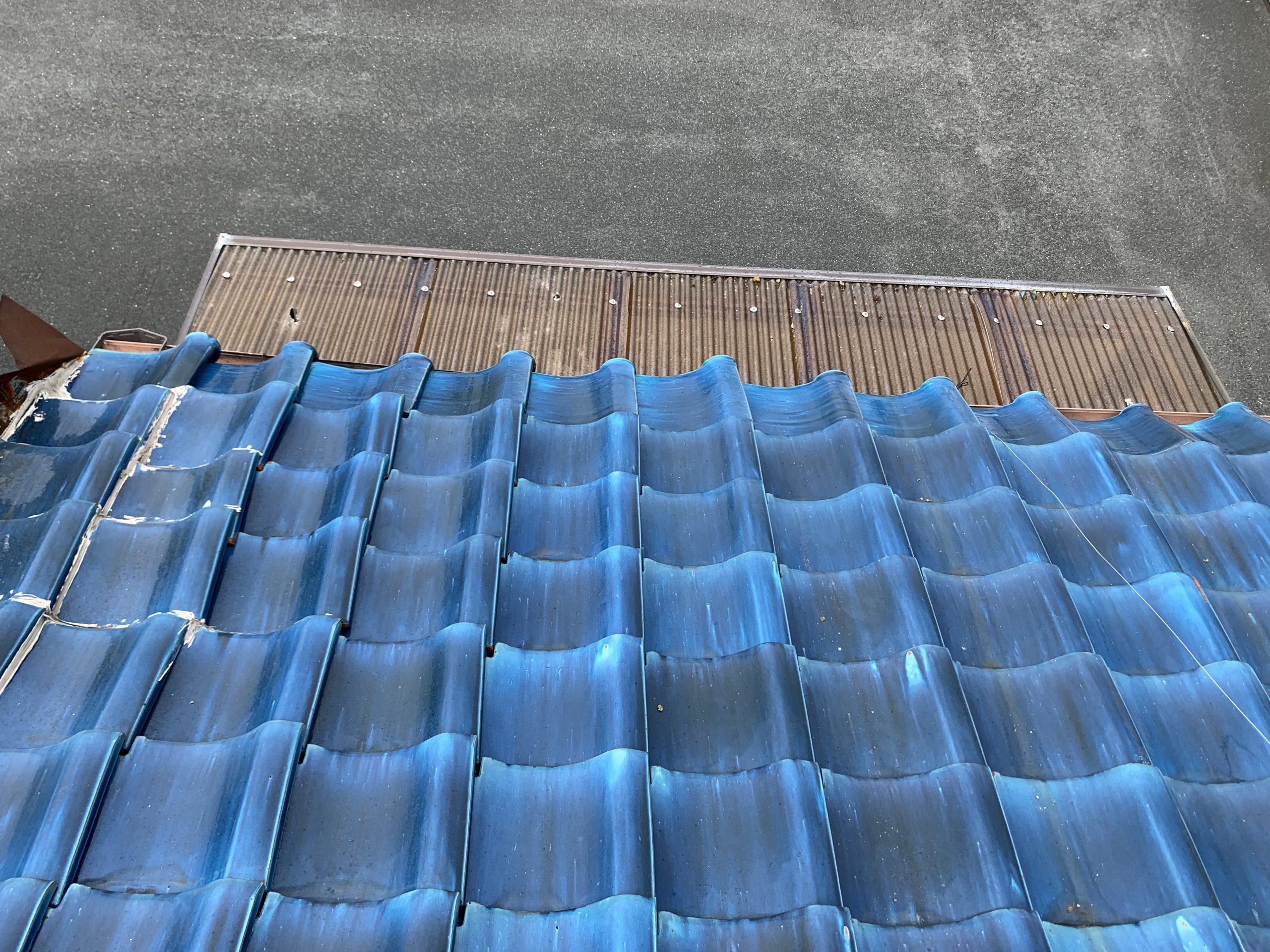 青い瓦屋根