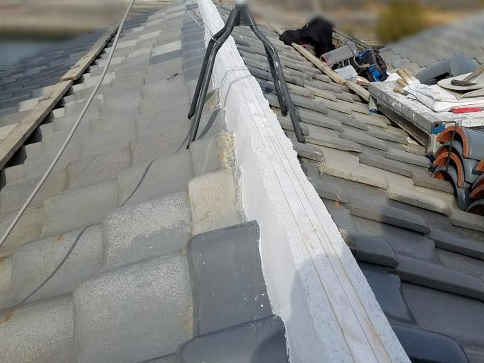 棟心木と瓦の隙間になんばん漆喰を詰めたところ