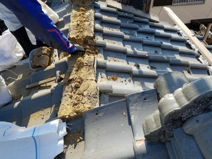 崩れた棟の葺き土を撤去中