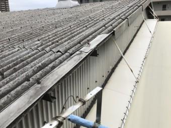 劣化し剥がれ落ちた屋根材
