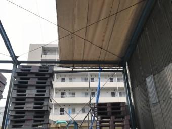 台風もしくは経年劣化により破れた工場屋根