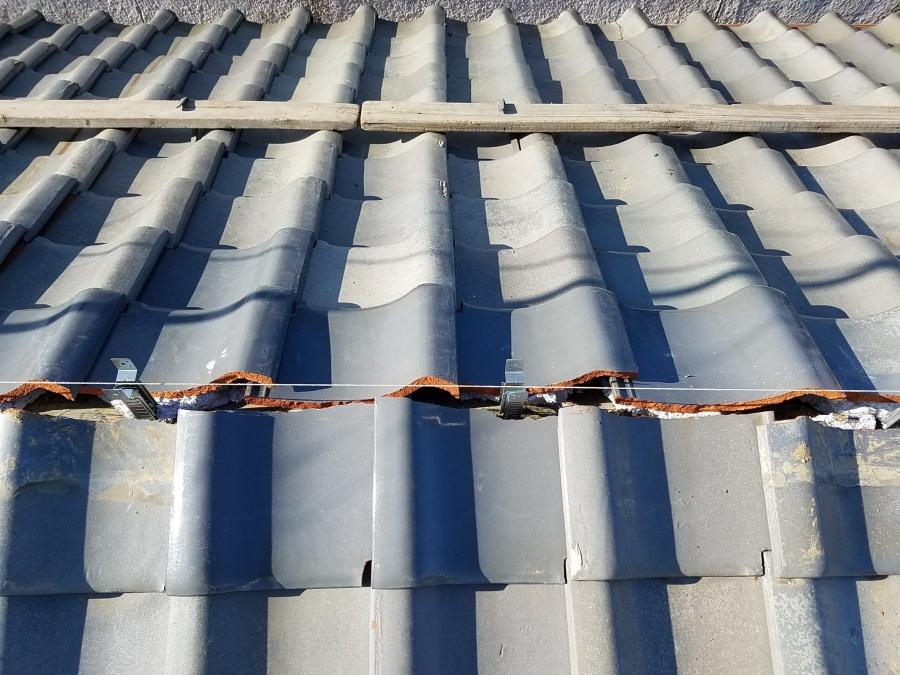 水糸を張り、おいあて瓦で隙間を埋めているところ