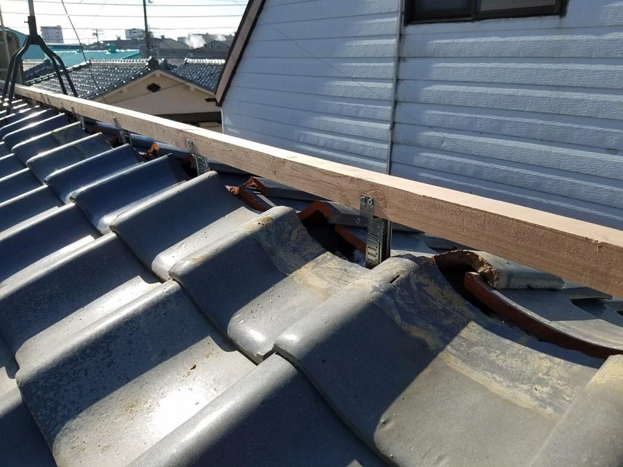 防災棟金具に垂木を留めつけます