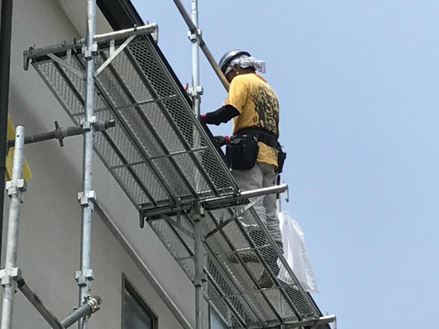 足場架け屋根修理する職人