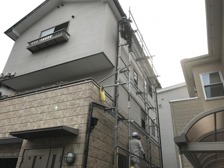 スレート屋根二階建て建物足場架け