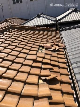 めくれた屋根瓦