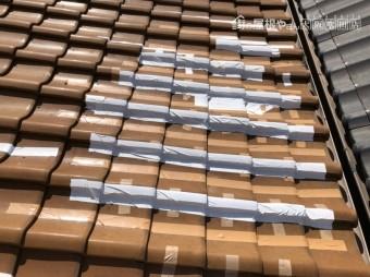 歪みが発生しテープで養生した屋根瓦