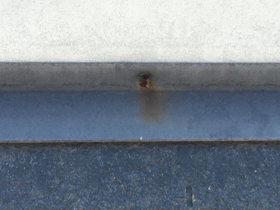 棟板金に打たれた釘は腐食している