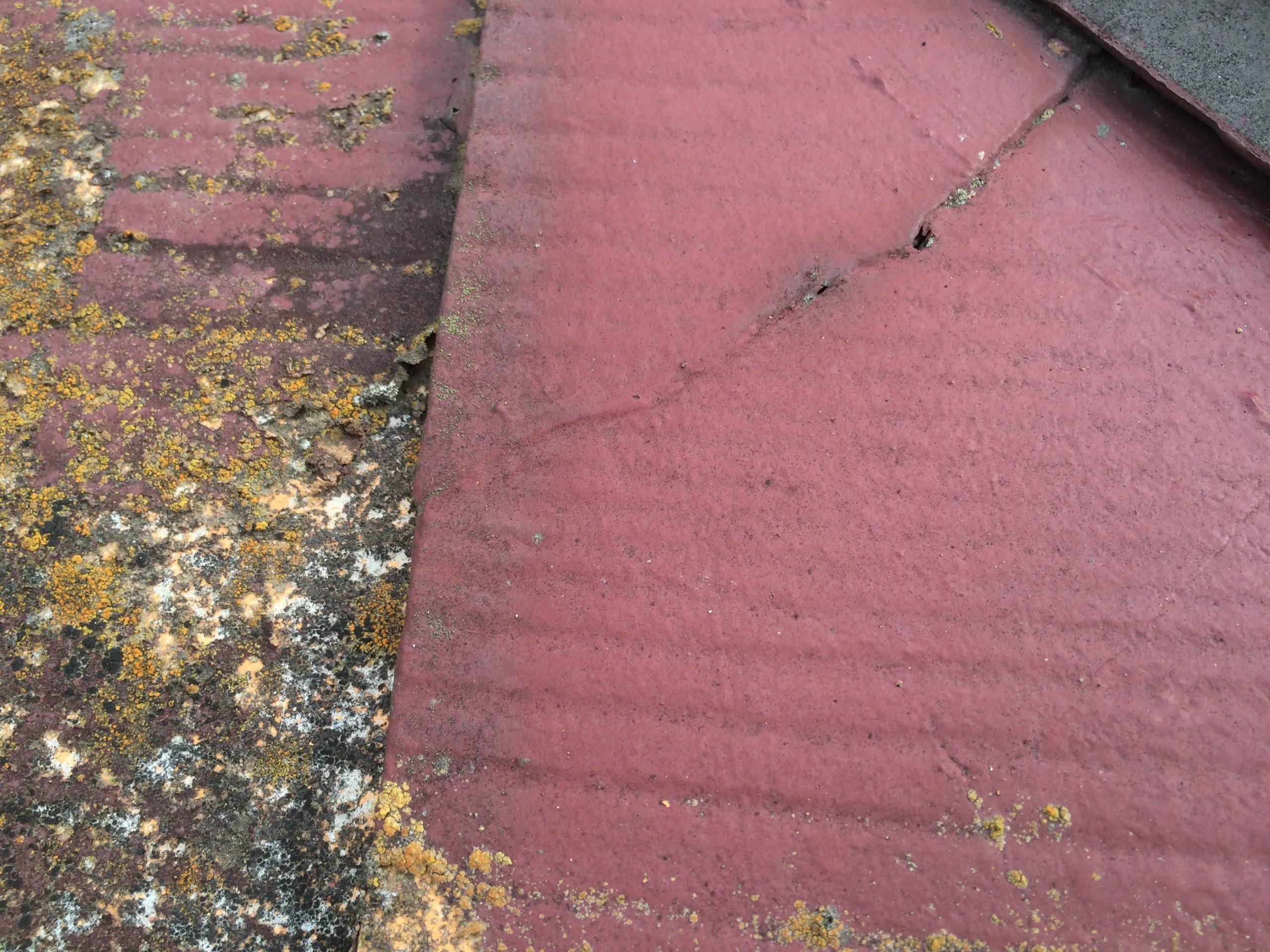経年劣化により亀裂の入った屋根表面