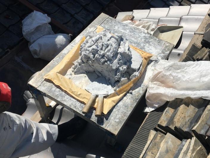 瓦修理に使用するなんばん漆喰を準備中
