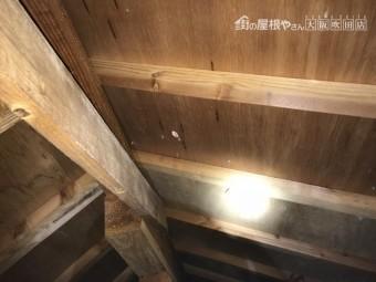 雨漏りのある屋根裏
