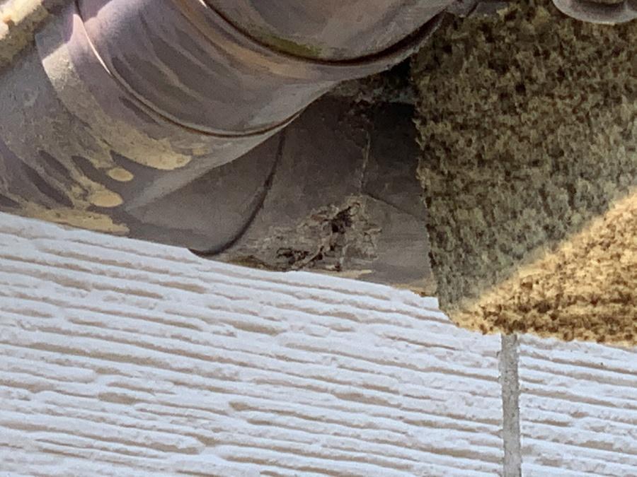 腐食によって破損した雨樋