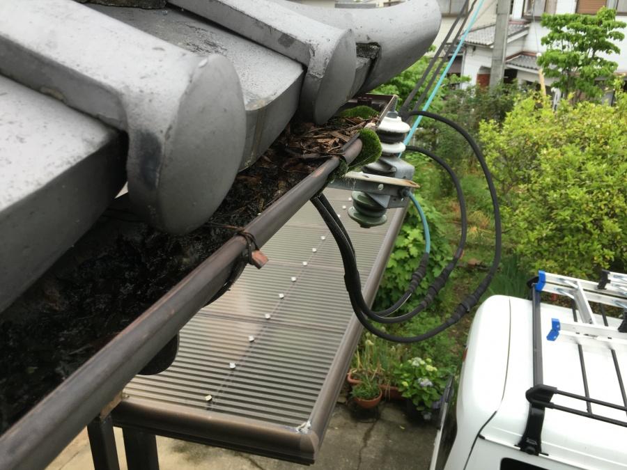 落ち葉やゴミの詰まった雨樋