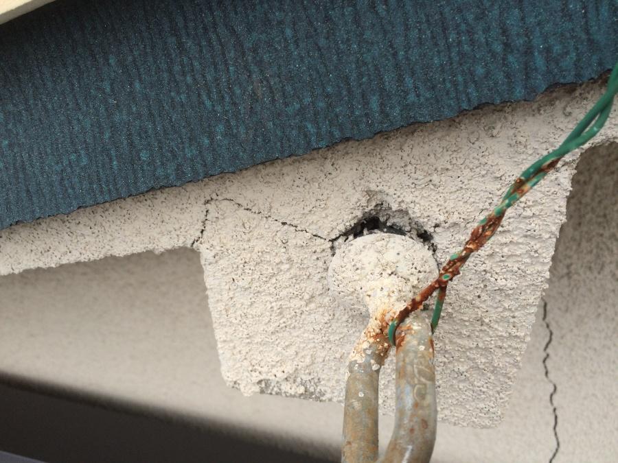 外壁のクラック、ひび割れで外壁材が落ちている