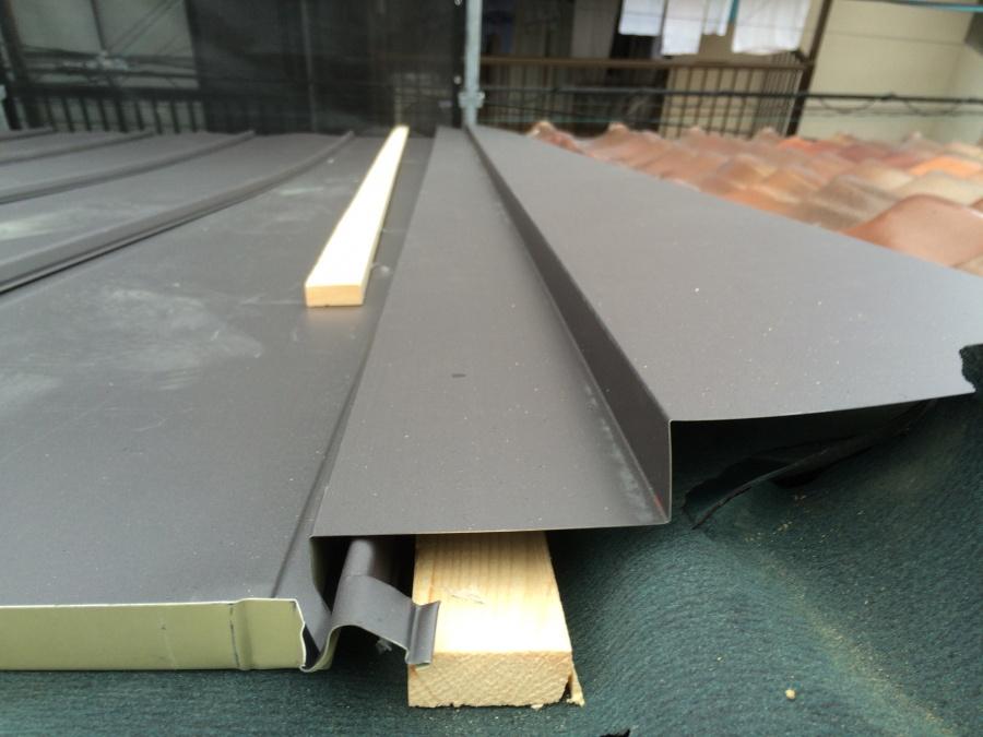 瓦屋根と板金屋根の取り合い部分の内部