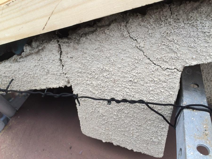 外壁の複数のひび割れ、クラックの様子