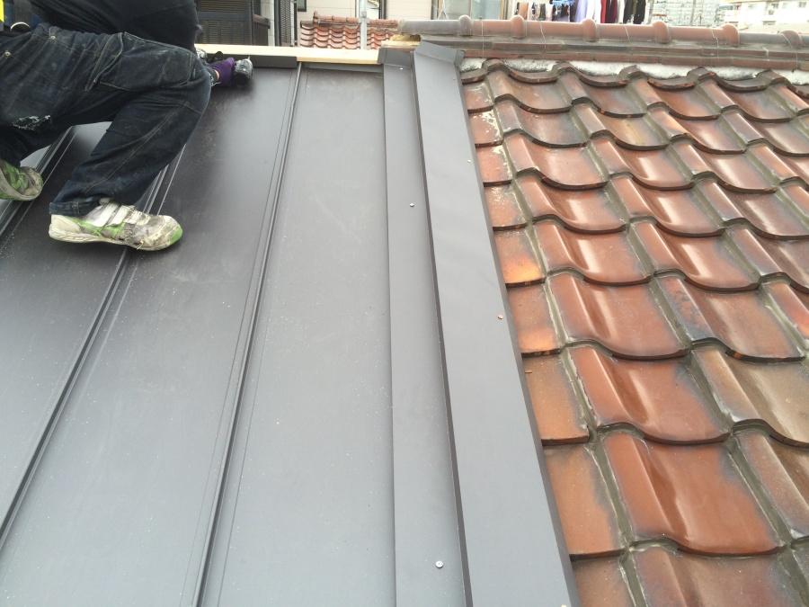 瓦屋根と板金屋根の取り合い部分