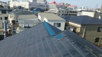 台風で外れた棟板金部分を防水シートで養生