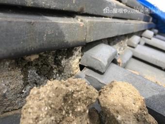 台風に被災し崩れた瓦屋根