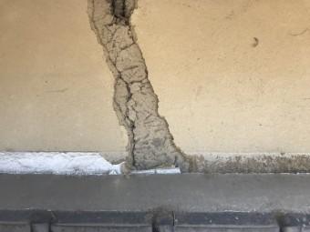 地震で剥がれ落ちた外壁