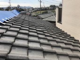 台風に被災し歪んだ瓦屋根