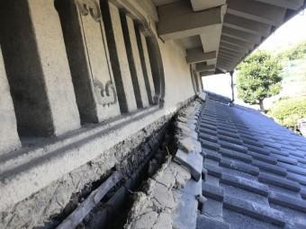 地震で剥がれ崩れた屋根と外壁