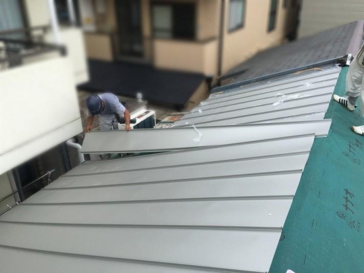 葺き替え工事で立平を設置中