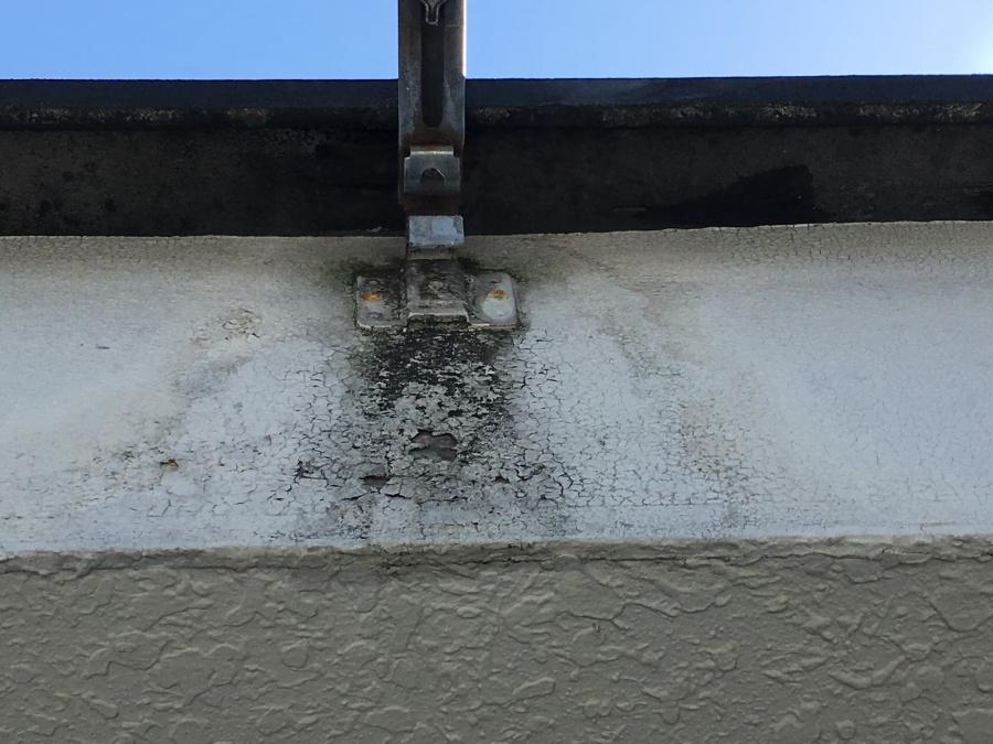 雨樋金具は黒く腐食している