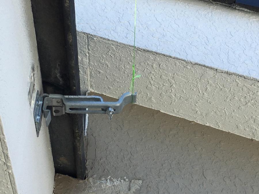 水糸を使用し訂正な位置に雨樋金具を取り付け
