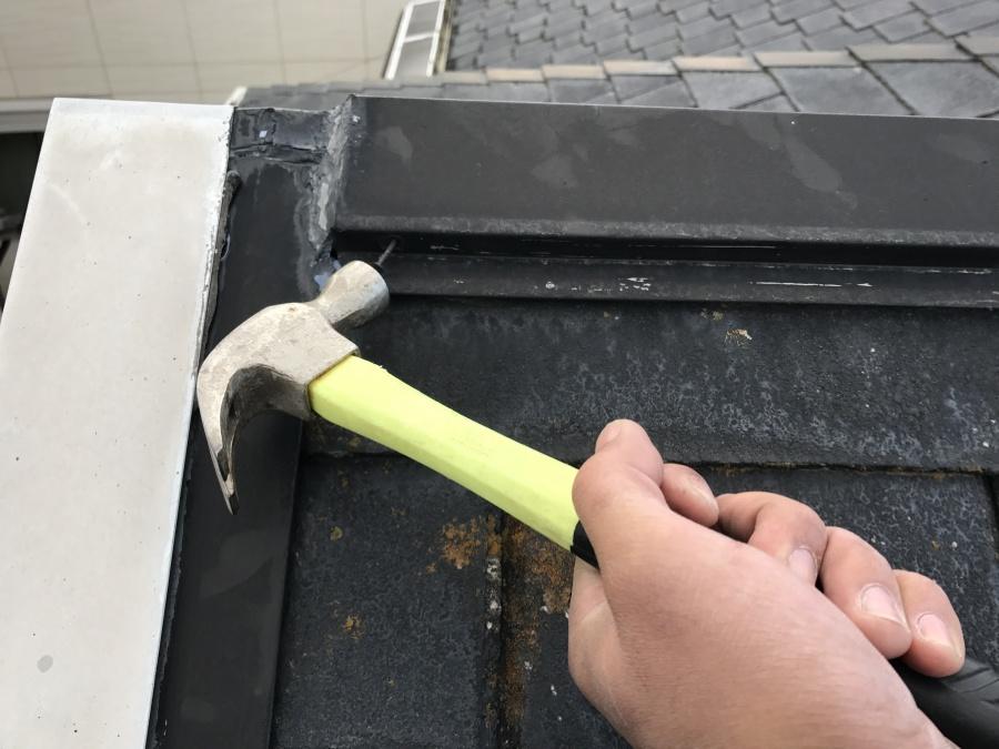 屋根の飛び出た釘を打ちこむ
