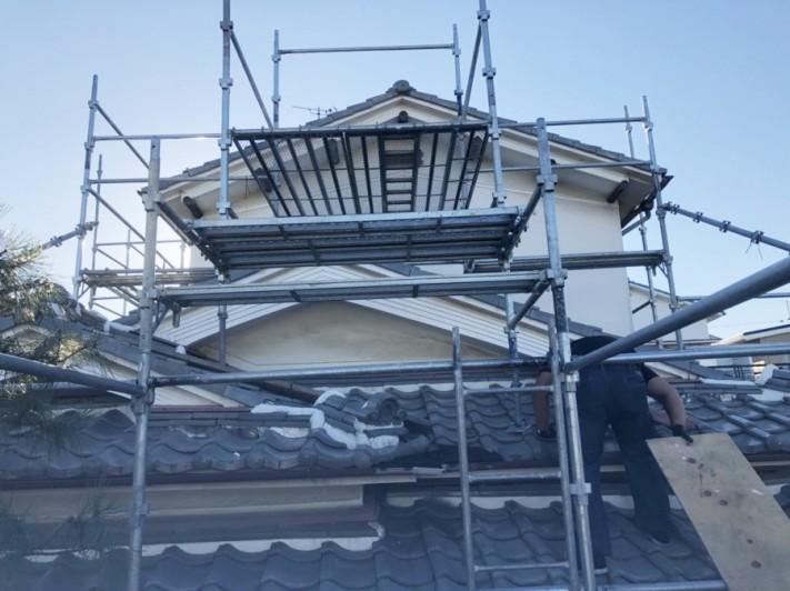 屋根工事のための足場を設営中