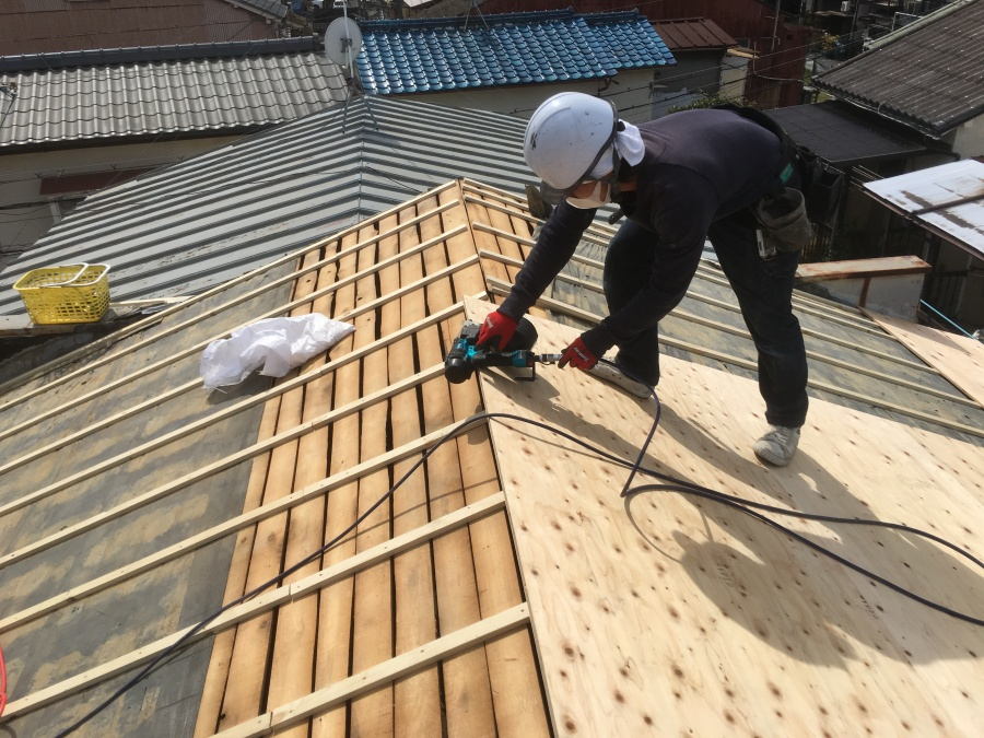 新しい屋根下地として構造用合板を設置作業中