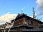 瓦屋根の和建築外観