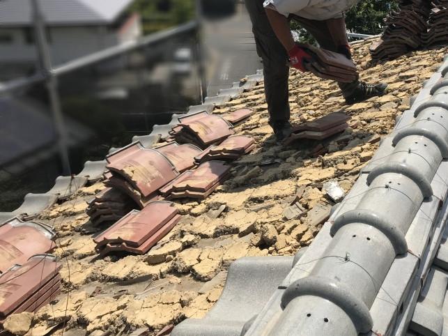 屋根葺き替え工事のため既存瓦を撤去中