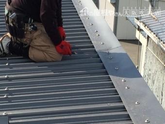 ガルバリウム屋根の軒の笠木板金の様子