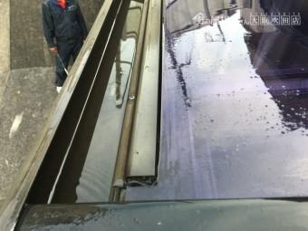 雨水の溜まったポリカベランダ屋根