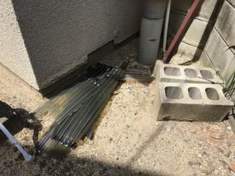 破損し外れたポリカ屋根の屋根材