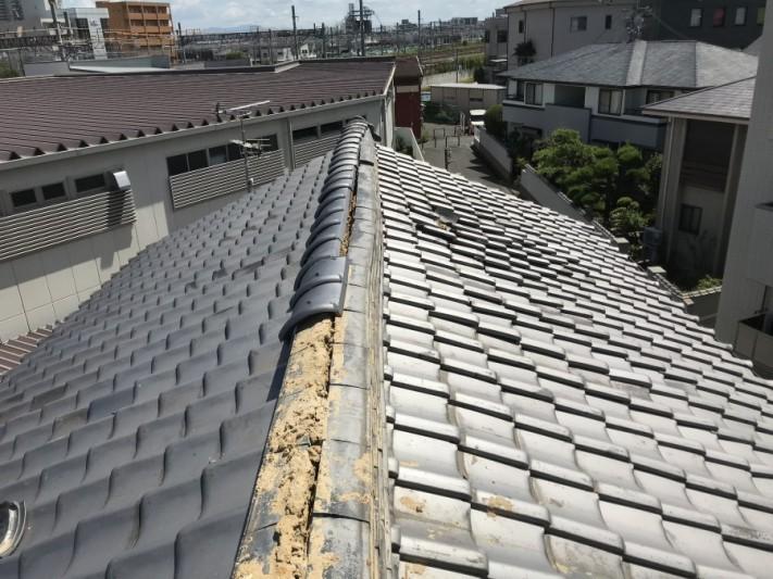 大棟の瓦がはずれた屋根