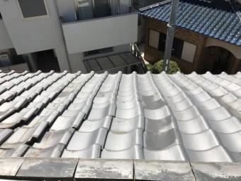 歪みの生じた屋根瓦