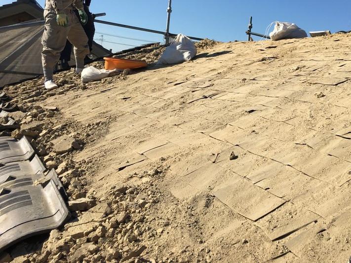 大量の葺き土を撤去中