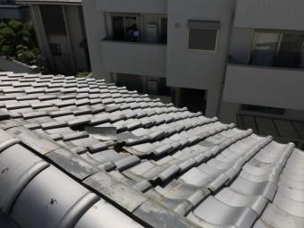 歪みが生じ瓦がめくれた屋根